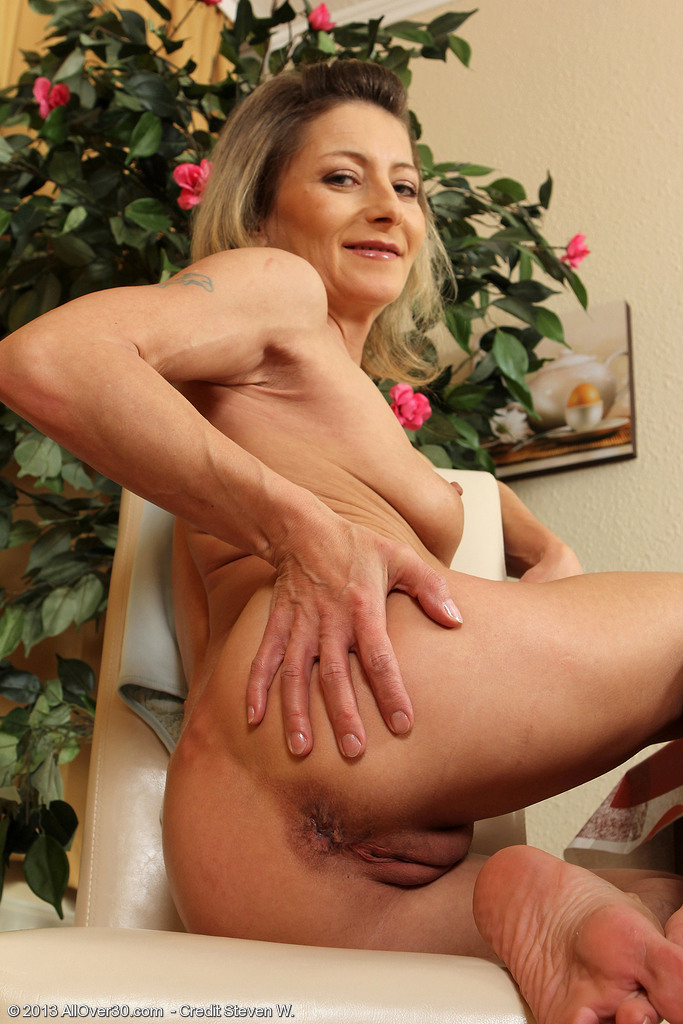petite 45 year old syndi bell from allover30 spreading her long legs
