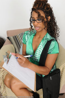 Ebony MILF Jade Nacole looks hot in her glasses