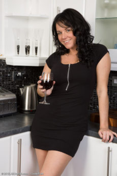 Elegant and 31 year old Leah H from enjoying a sexy glass of wine