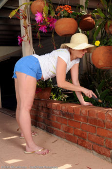 Petite 39 year aged Brandi Minx spull her ass open wide inside the backyard