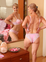 Milf insexy pink lingerie