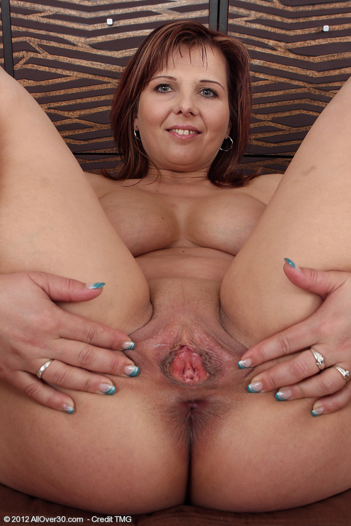 image Hot milf lala bond gives a full presentation of herself