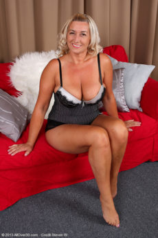 46 year elder Melyssa from lets her big tits without her slinky lingerie