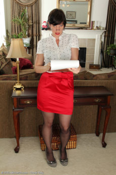 Redheaded housewife Moxy from AllOver30 strips following taking steno