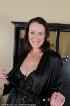 Stacked MILF Veronica Snow models some lingerie and then shows you her wet pussy