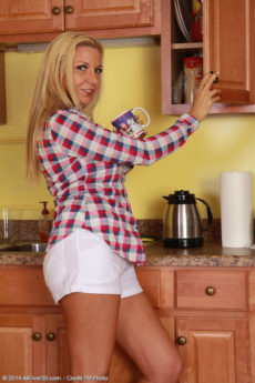 After enjoying a cup of coffee horny Jessica Taylor enjoys her box