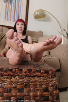 Pale hipster MILF Alyce Porter plays with her pretty feet in the nude