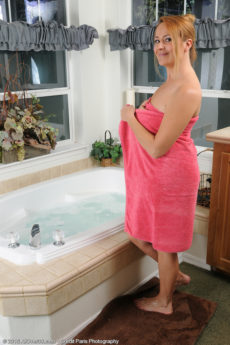 Busty redhead MILF hottie Elexis Monroe has fun on the tub with her hairy bush