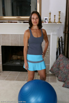 Fit MILF plays on the yoga ball