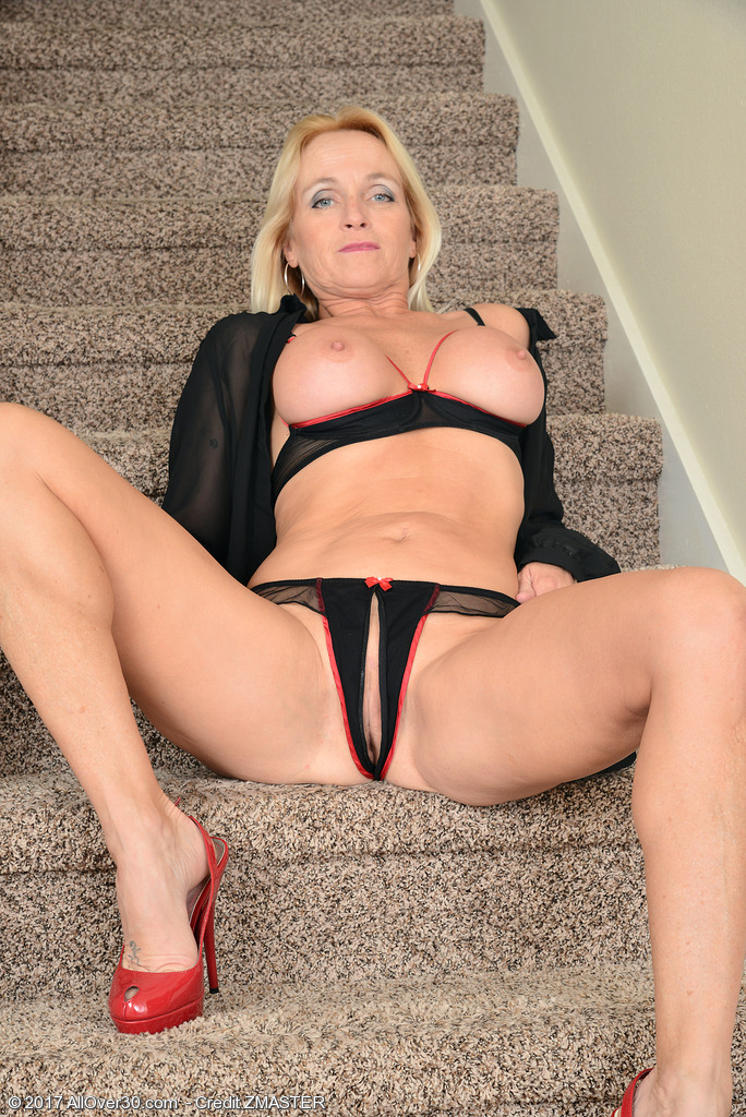 dani-dare-naked-on-the-stairs4.jpg