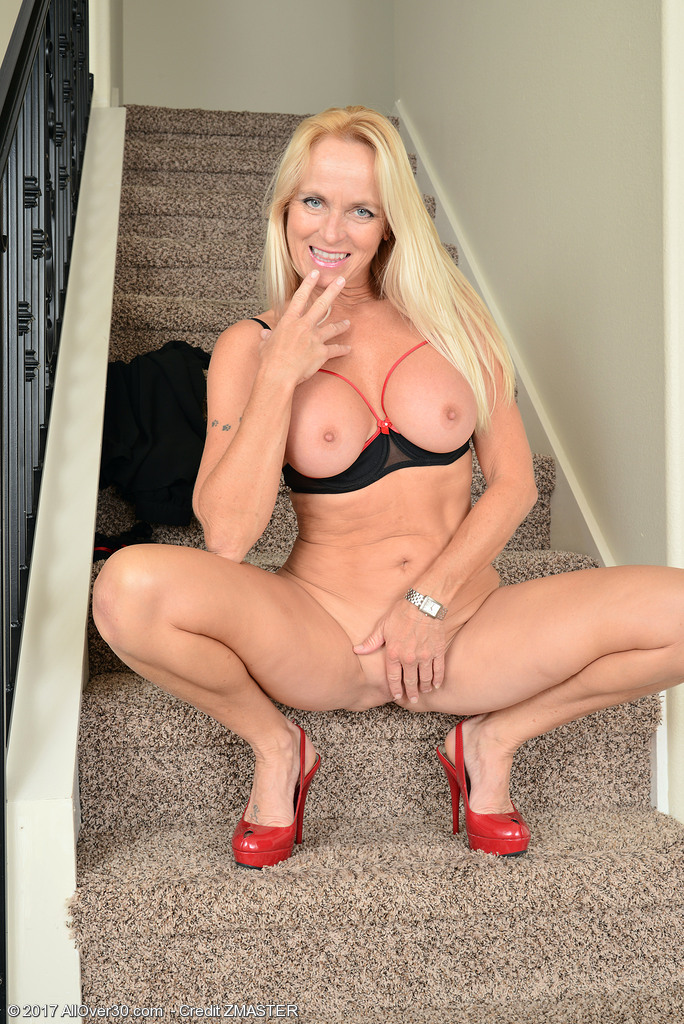 dani-dare-naked-on-the-stairs9.jpg