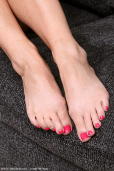 Gorgeous stay at home MILF Niki shows off her pretty feet on the couch
