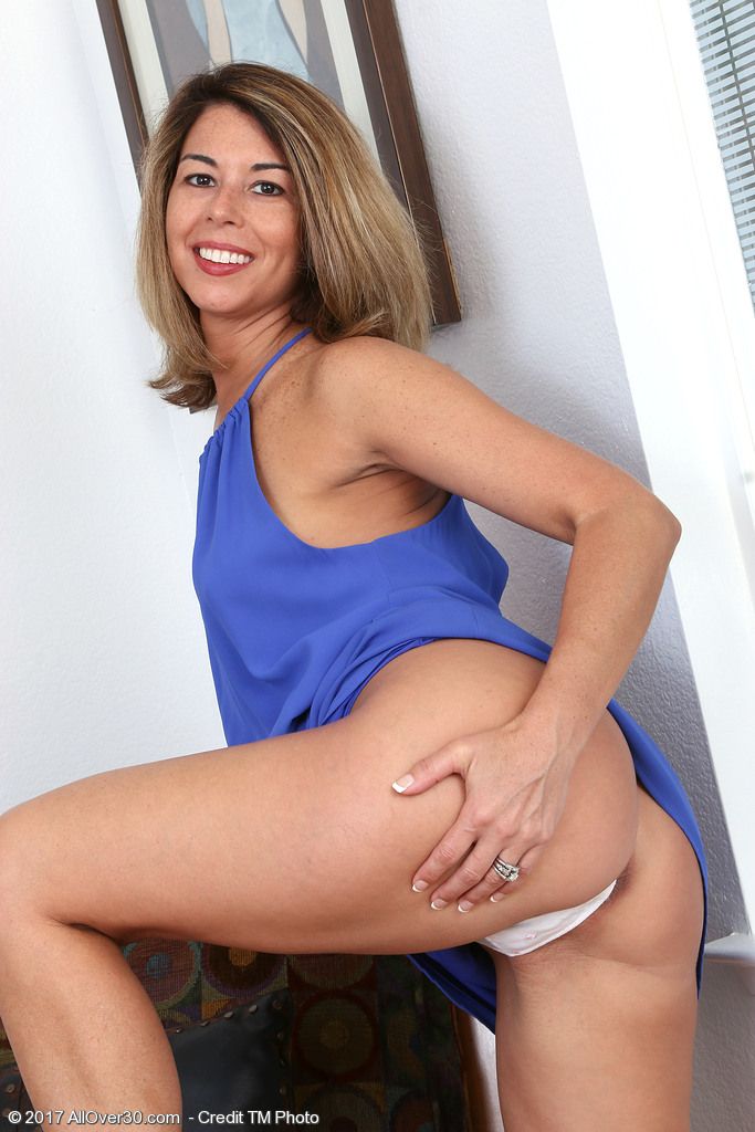 Gorgeous MILF Niki shows her infectious smile while peeling off her panties