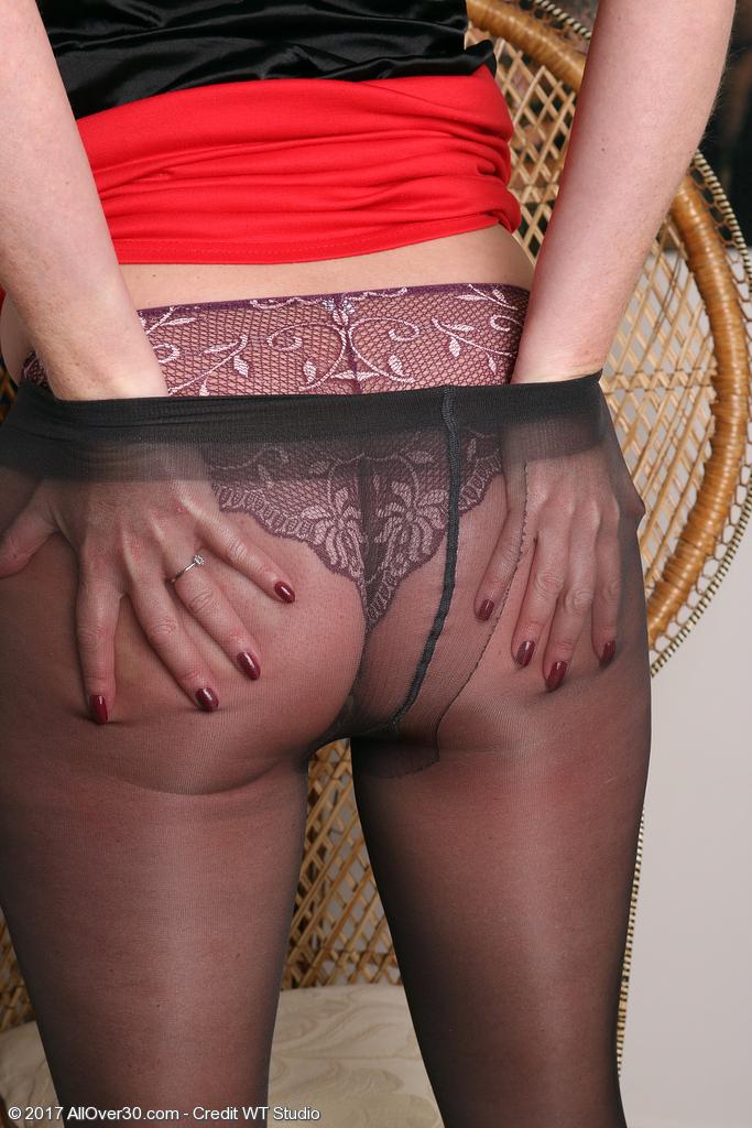 holly-kiss-in-sexy-nylon-stockings6.jpg