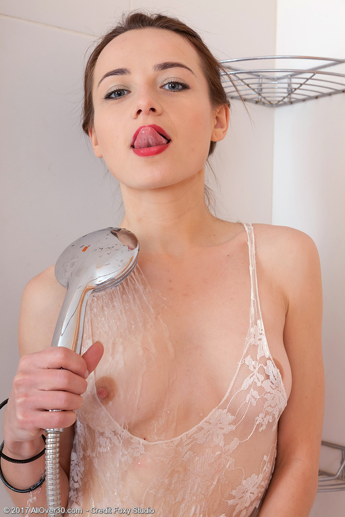 shaya-gets-dripping-wet5.jpg