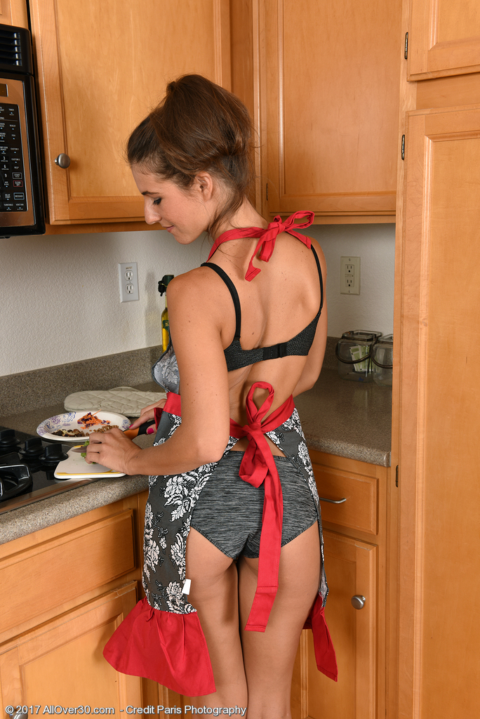 slender-milf-tara-ashley-makes-salad2.jpg
