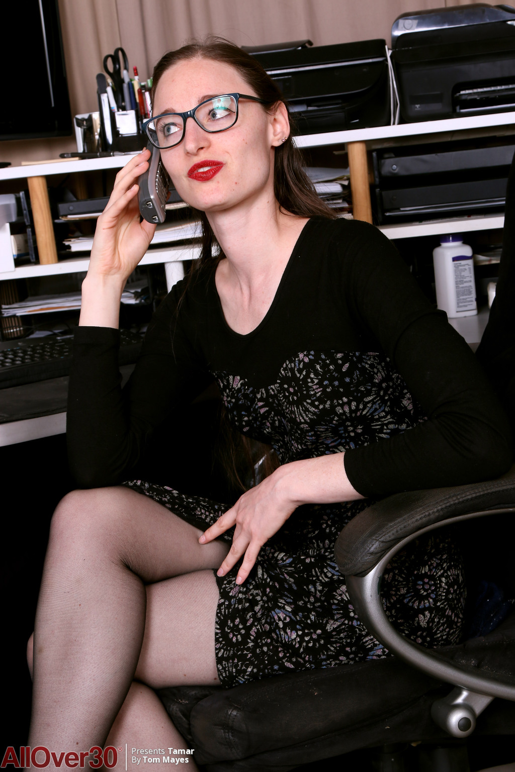 Gorgeous lithe secretary Tamar playing in her stockings and heels in the study