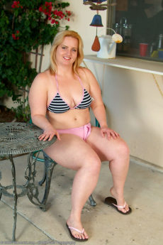34 year old blonde BBW Solsa getting naked in the backyard