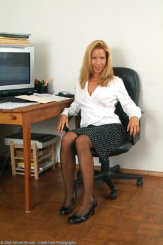 Over 40 Secretary Rachel gets horny at her desk then gets naked
