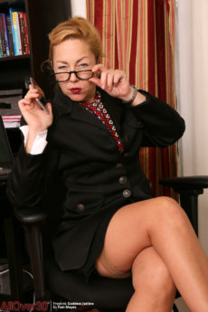 Over 50 mature secretary Goddess Justine wearing stockings and heels reveals her hairy pussy