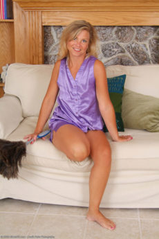 Older housewife Cricket looks great spreading her legs