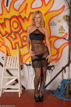 Blonde MILF hottie Laurita poses and spread in front a graffiti wall