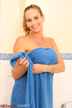 Sexy MILF Elegant Eve soaps up her tits in the bath