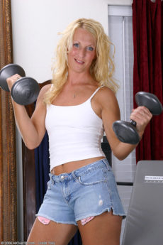 Thin fit blonde MILF Jackie works out her hard nude bod