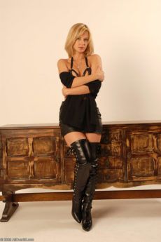 Hot blonde MILF Laurita in long leather boots and leather lingerie