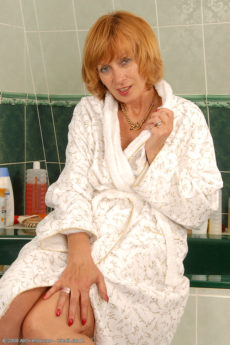 59 year old Karoline scrubbing her hairy bush in the bath
