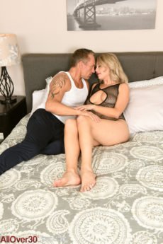 Blonde mature babe Elle Mcrae fucks on the bed