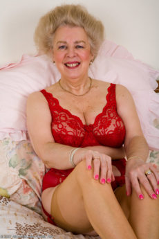 57 year old mature woman Busty playing with her hairy fanny on the bed
