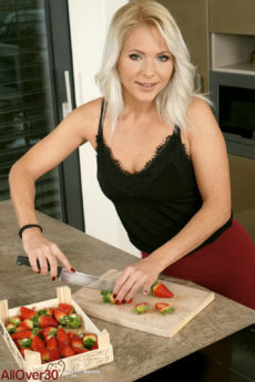 Hot blonde mom Marlene gets frisky while cutting fruit