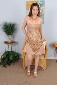 Petite shaven Jamie Lynn Skye spreads her clean beaver wide