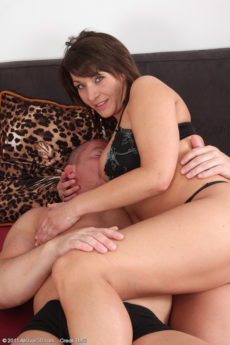Curvy hot MILF Sophia M engulfs her man's cock in her mouth and snatch