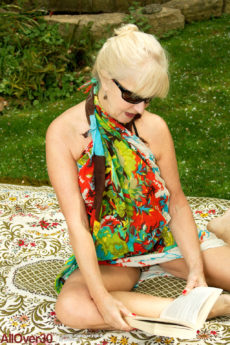 Horny blonde granny Sapphire Louise masturbates in the sun outside